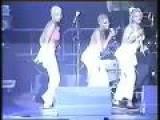 Mapouka - Les Tueuses - Singing On Stage